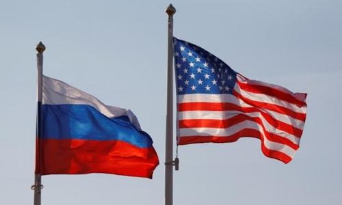 Quốc kỳ Nga và Mỹ. Ảnh: Reuters.