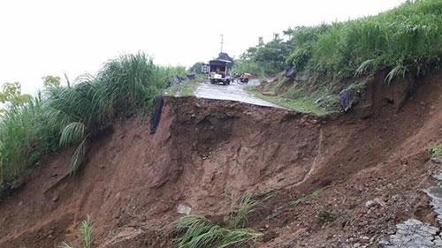 Quốc lộ 4D sạt lở, chia cắt giao thông huyện miền núi Hà Giang