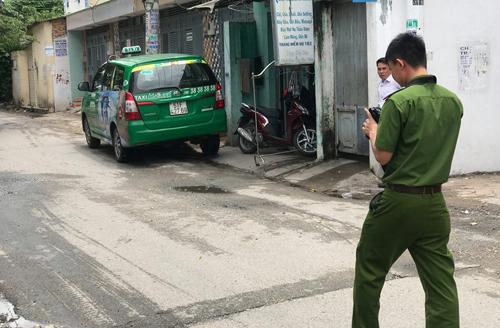 Người đàn ông ở Sài Gòn nổ súng vì bị taxi chắn lối đi