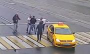 Khách đi taxi nhảy xuống đánh người đi bộ