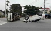 Toyota 'phơi bụng', xe tải lật ngang sau va chạm