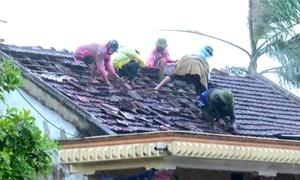 Lốc xoáy thổi bay 70 mái nhà, 2 người bị thương ở Hà Tĩnh