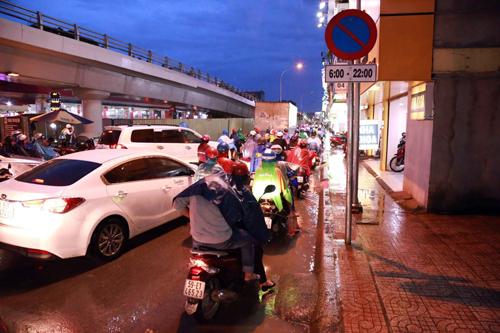 Hai cô gái nước ngoài báo bị trộm xe sau tai nạn ở Sài Gòn