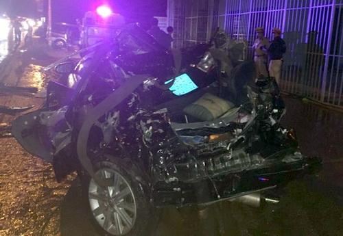 Ôtô con của công an Bình Thuận hư hỏng nặng. Ảnh: Phước Tuấn
