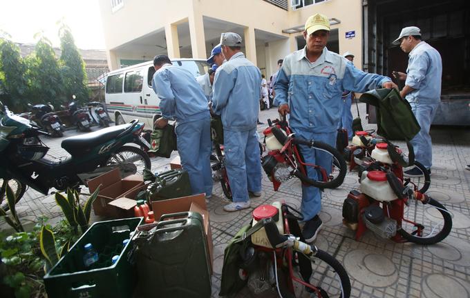 Phun thuốc chặn sốt xuất huyết lây lan ở ổ dịch Hà Nội