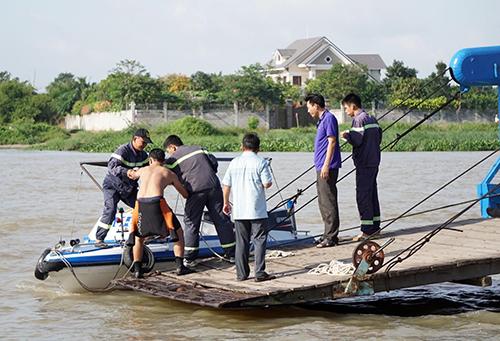 Lực lượng cứu hộ tỉnh Bình Dương đang tìm kiếm hai mẹ con mất tích. Ảnh: Nguyệt Triều
