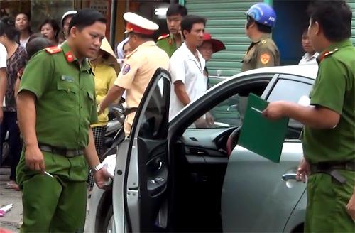 Tài xế mở cửa ôtô thiếu quan sát, cô gái tử vong