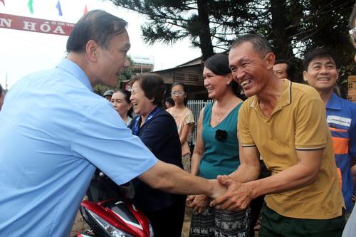 Chủ nhiệm ủy ban kinh tế Quốc hội hỏi thăm người dân trong vùng dự án. Ảnh: Phước Tuấn