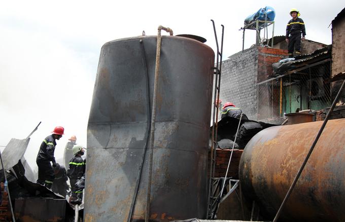 Người Sài Gòn khiêng đồ tháo chạy khi công ty nhựa cháy ngùn ngụt - Ảnh minh hoạ 9