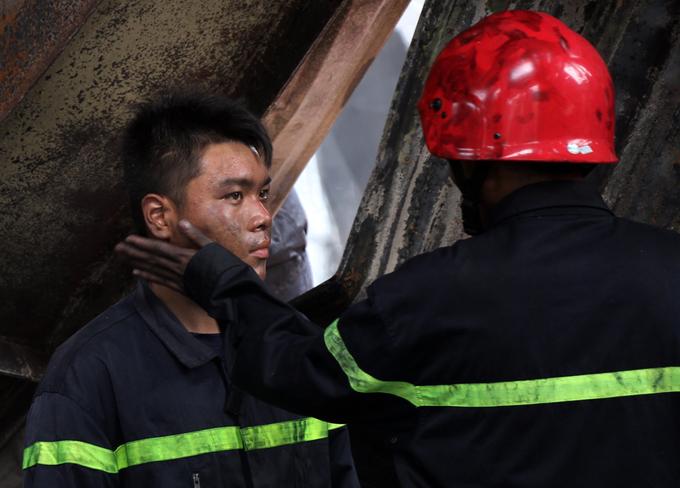 Người Sài Gòn khiêng đồ tháo chạy khi công ty nhựa cháy ngùn ngụt - Ảnh minh hoạ 11