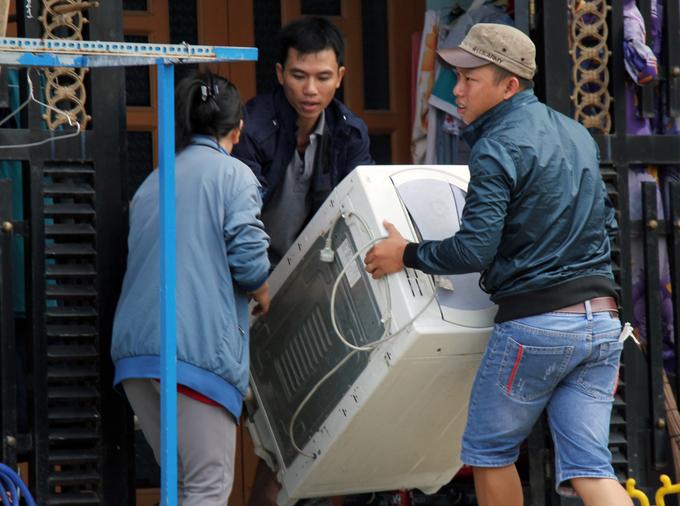 Người Sài Gòn khiêng đồ tháo chạy khi công ty nhựa cháy ngùn ngụt - Ảnh minh hoạ 2