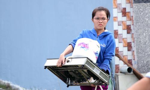 Người Sài Gòn khiêng đồ tháo chạy khi công ty nhựa cháy ngùn ngụt