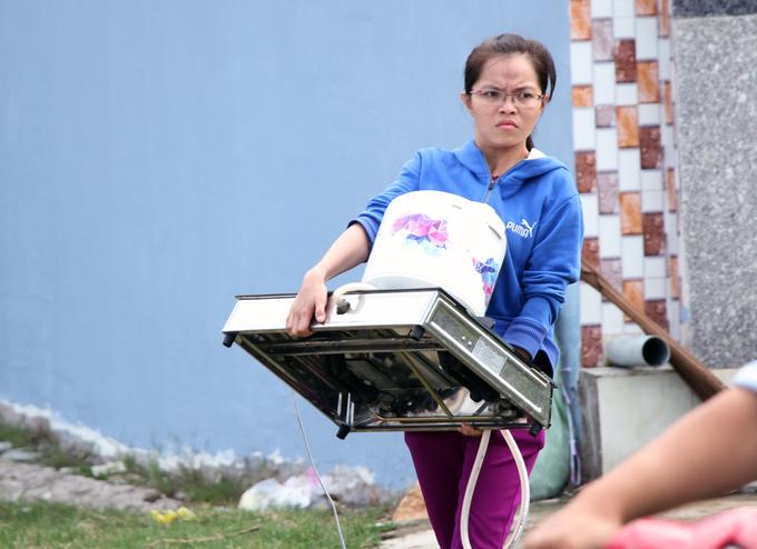 Người Sài Gòn khiêng đồ tháo chạy khi công ty nhựa cháy ngùn ngụt - Ảnh minh hoạ 3