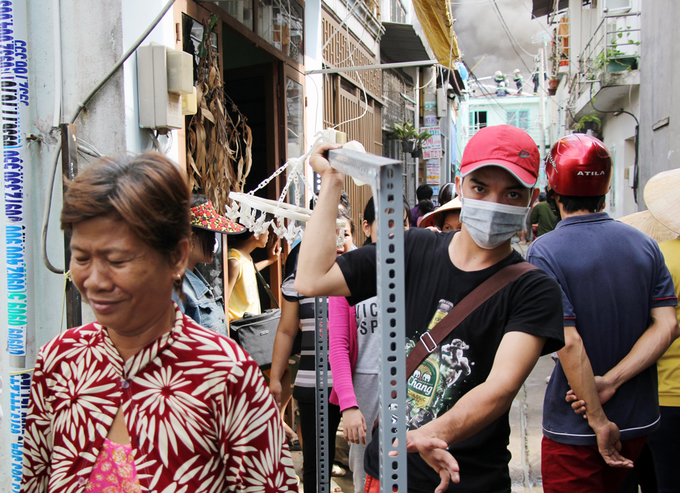 Người Sài Gòn khiêng đồ tháo chạy khi công ty nhựa cháy ngùn ngụt - Ảnh minh hoạ 6