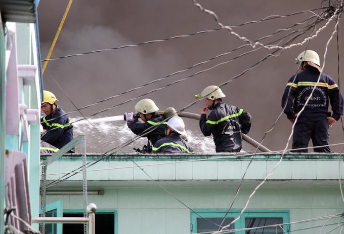 Người Sài Gòn khiêng đồ tháo chạy khi công ty nhựa cháy ngùn ngụt - Ảnh minh hoạ 7
