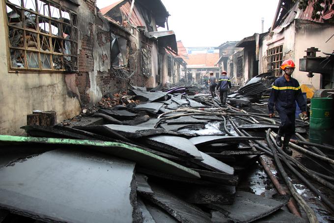 Người Sài Gòn khiêng đồ tháo chạy khi công ty nhựa cháy ngùn ngụt - Ảnh minh hoạ 8