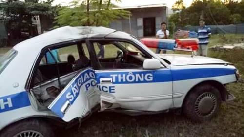 Truy đuổi tội phạm ma túy, xe cảnh sát giao thông gặp nạn