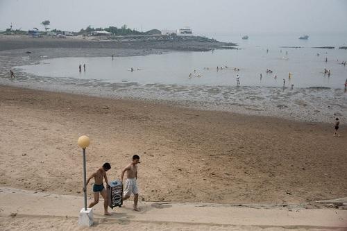 Nướng ngao bằng xăng trên bãi biển Triều Tiên - Ảnh minh hoạ 3