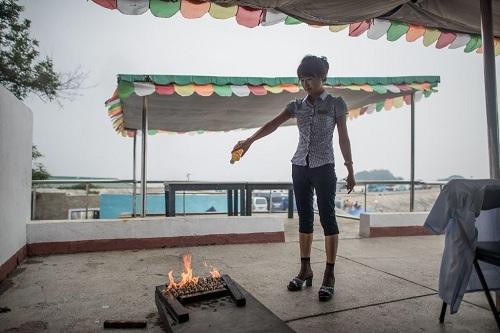 Nướng ngao bằng xăng trên bãi biển Triều Tiên