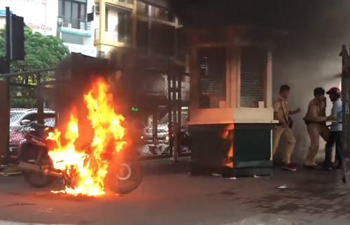 Người vi phạm giao thông đốt xe trước mặt cảnh sát