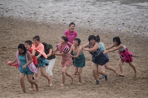 Nướng ngao bằng xăng trên bãi biển Triều Tiên - Ảnh minh hoạ 2