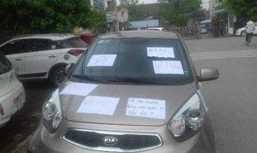 Ôtô đậu dưới lòng đường bị dán đầy giấy 'Đỗ ngu, vô học'