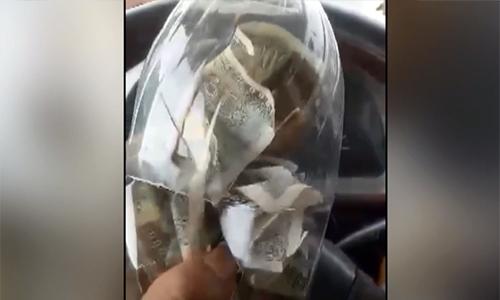 Tài xế bỏ tiền lẻ trong chai nhựa phản đối trạm thu phí