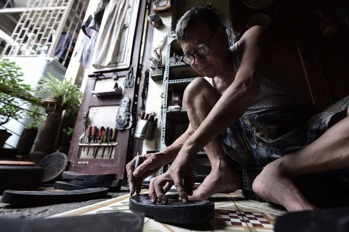 Người đàn ông làm dép cao su độc nhất ở Hà Nội - Hình 1