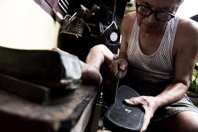 Người đàn ông làm dép cao su độc nhất ở Hà Nội - Hình 3