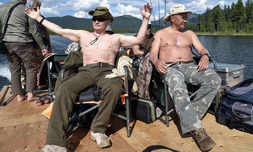 Putin cởi trần câu cá ở Siberia