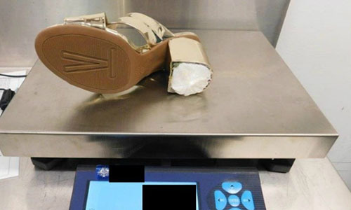 Nữ hành khách Mỹ bị bắt vì giấu ma túy trong gót giầy