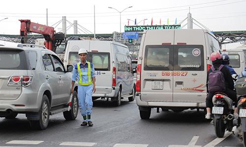 Nhiều tài xế xe tải né trạm thu phí Cai Lậy