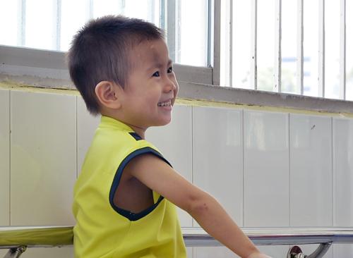 Bé trai hai tuổi bị bỏ rơi trước bệnh viện ở Sài Gòn - Ảnh minh hoạ 2