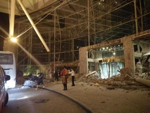 Một khách sạn sau vụ động đất. Ảnh: Xinhua.