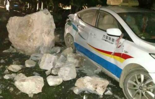 Hiện trường chiếc xe bị hư hại sau động đất. Ảnh: Xinhua.