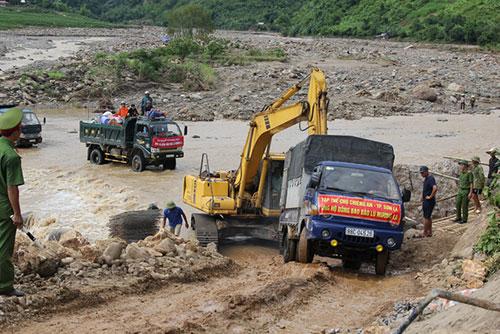 Làm ngầm đá trong lòng suối để cứu trợ xã cô lập ở Sơn La