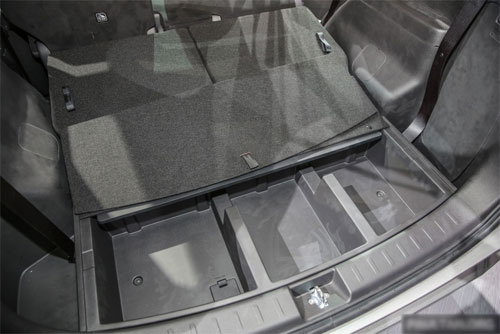 Khoang hành lý có hộc ngầm trong khi lốp dự phòng treo dưới gầm xe.