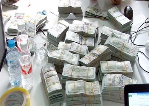 Hot boy vận chuyển lậu gần một triệu USD qua biên giới