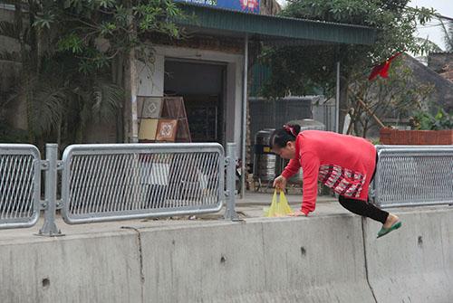 Bị xe khách tông tử vong khi trèo qua dải phân cách