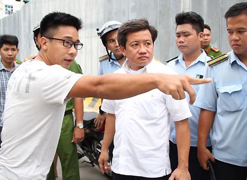 chu-oto-dau-tren-via-he-phan-ung-gay-gat-voi-ong-doan-ngoc-hai