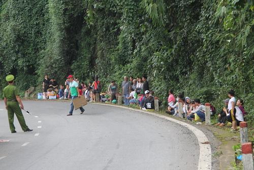 Hàng chục du khách hoảng loạn sau vụ tai nạn. Ảnh: Hoài Thanh