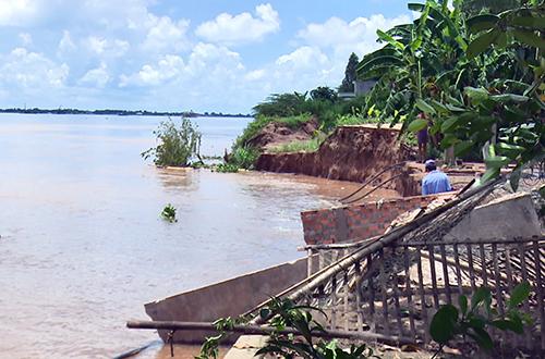 Dân cù lao giữa sông Tiền dỡ nhà chạy sạt lở