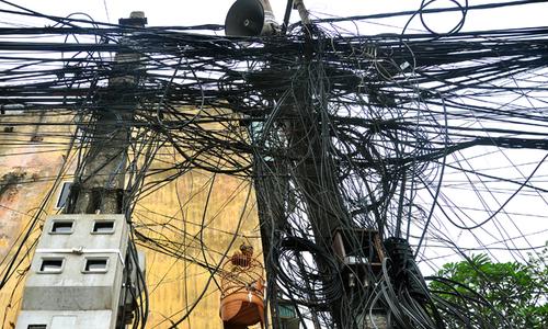 Dây điện như mạng nhện ở phố cổ Hà Nội