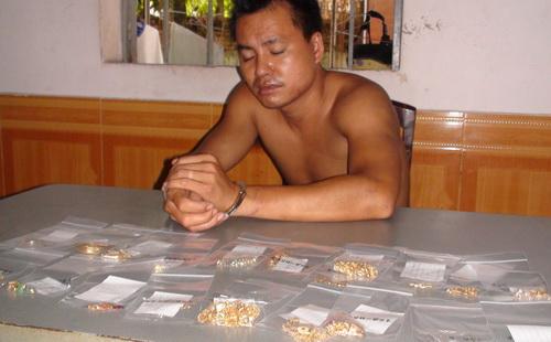 Kẻ trộm tiệm vàng bị bắt khi đột nhập cửa hàng đồng hồ