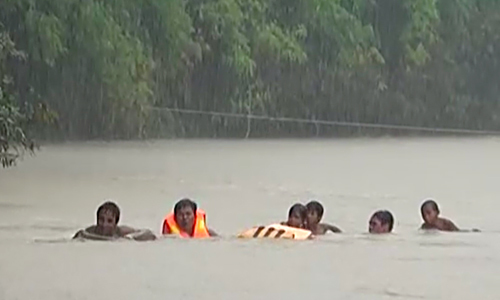 Học sinh bám sào tre vượt suối đến trường