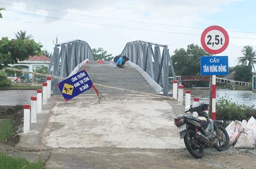Cây cầu bị lãnh đạo xã dở biển cấm, hàng rào để ôtô tải chạy qua chở vật tư vào xây nhà mình. Ảnh: Phúc Hưng.