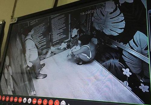 Đôi nam nữ gặp nạn trong thang máy toà nhà 26 tầng