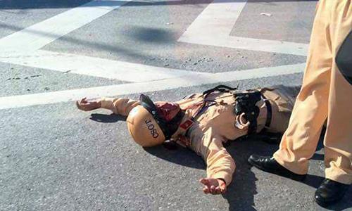 Cảnh sát giao thông bị xe vi phạm tông gãy tay ở Hà Nội