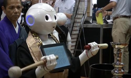 robot-co-the-thay-thay-te-nhat-ban-chu-tri-tang-le
