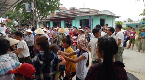 hang-tram-nguoi-dan-tu-tap-phan-doi-sap-nhap-truong